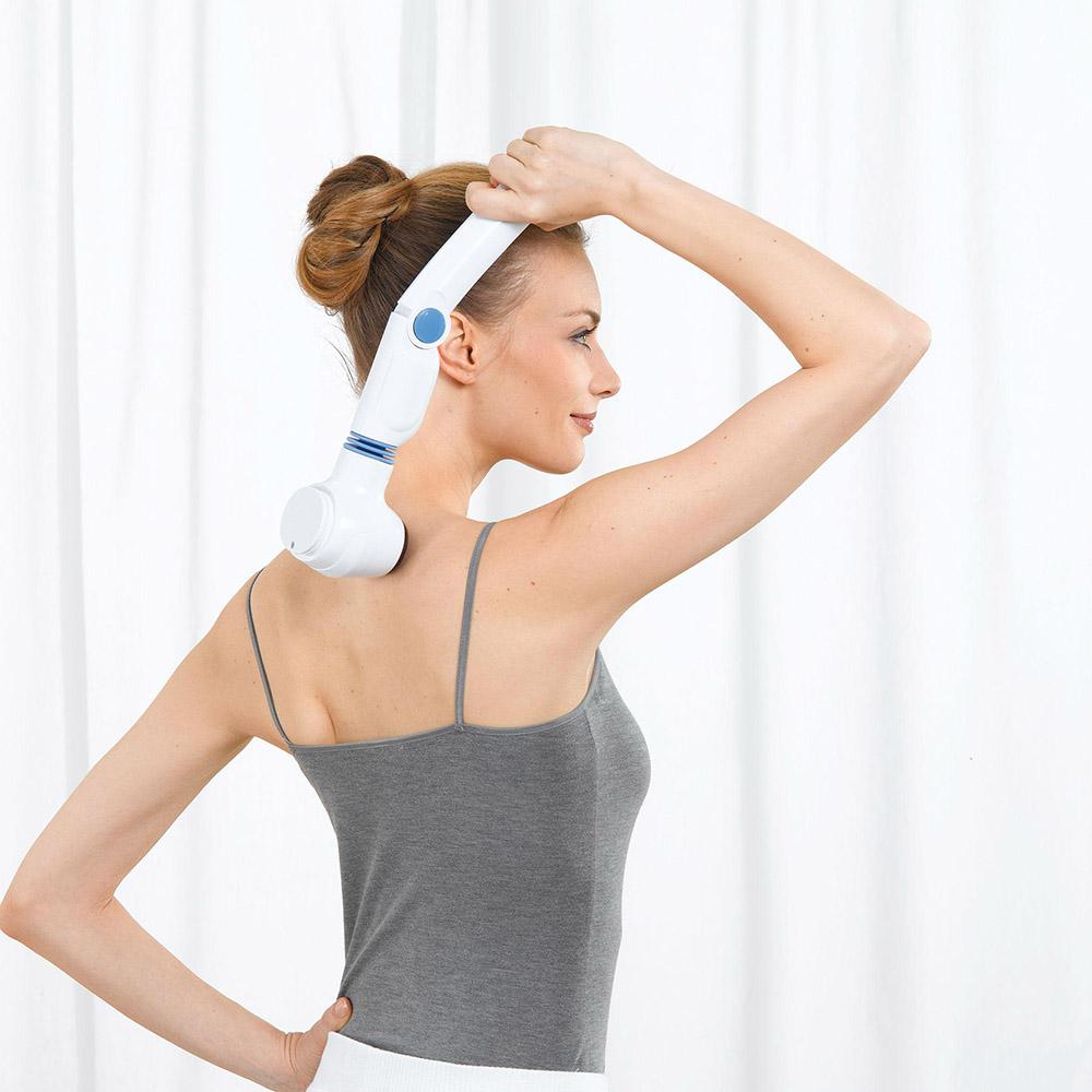 Massagegerät wird am Rücken verwendet