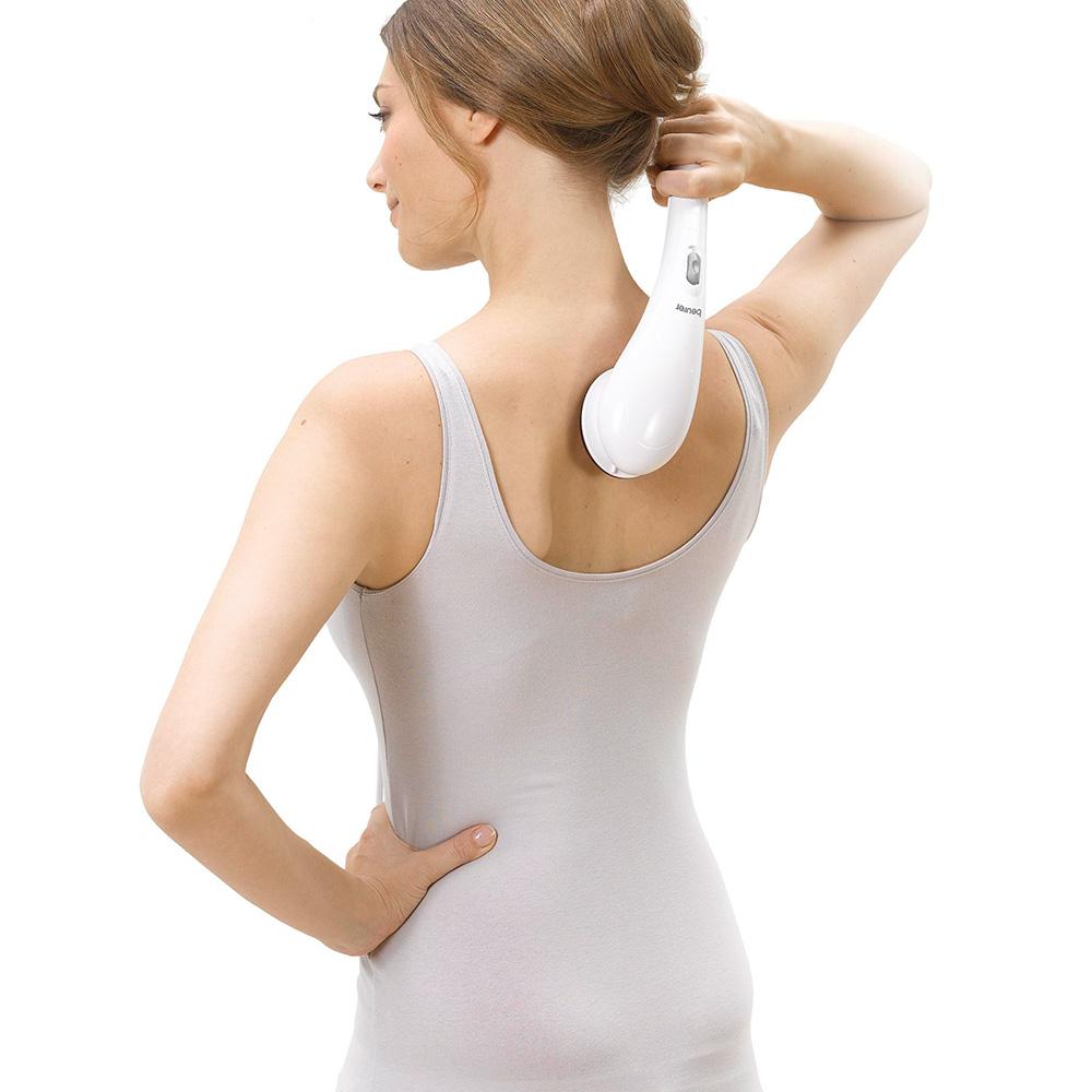 Frau verwendet Beurer Massagegerät MG 21 am Rücken